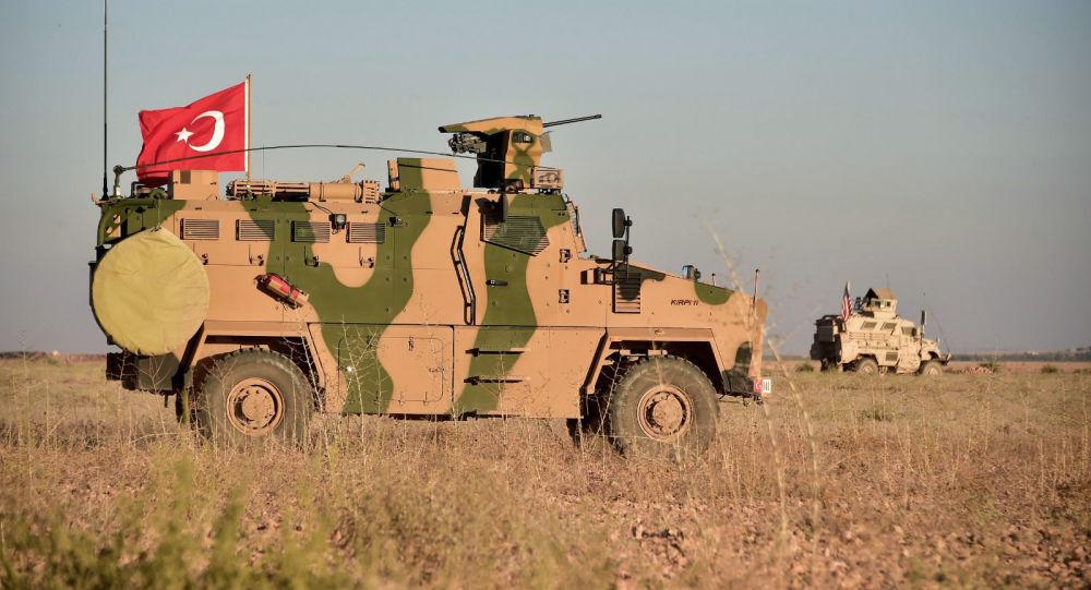 Wojska Turcji i USA prowadzą wspólne patrole wokół syryjskiego miasta Manbidż. Zdjęcie archiwalne