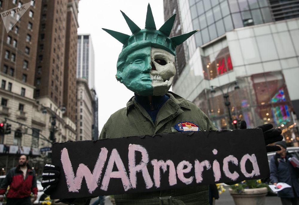 Uczestnik protestu przeciwko bombardowaniom w Syrii w Nowym Jorku