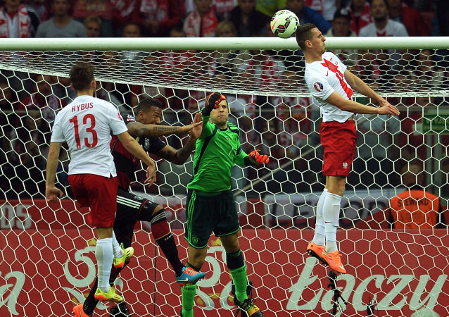 Płkarz polski Arkadiusz Milik wbija gola w bramkę niemieckiej drużyny