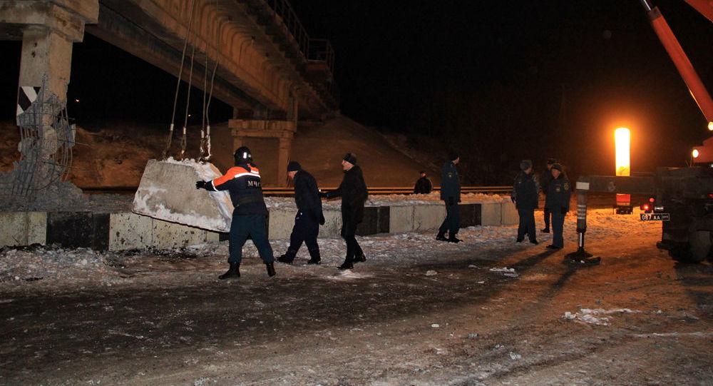 Pracownicy MSN DRL na miejscu wysadzenia filaru mostu kolejowego w Doniecku
