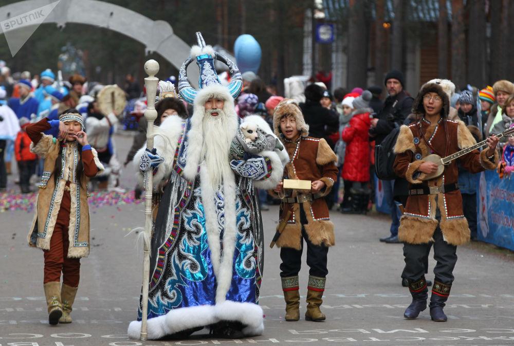 Jakucki Czyshaan bierze udział w uroczystym pochodzie z okazji urodzin Świętego Mikołaja w Wielkim Ustiugu