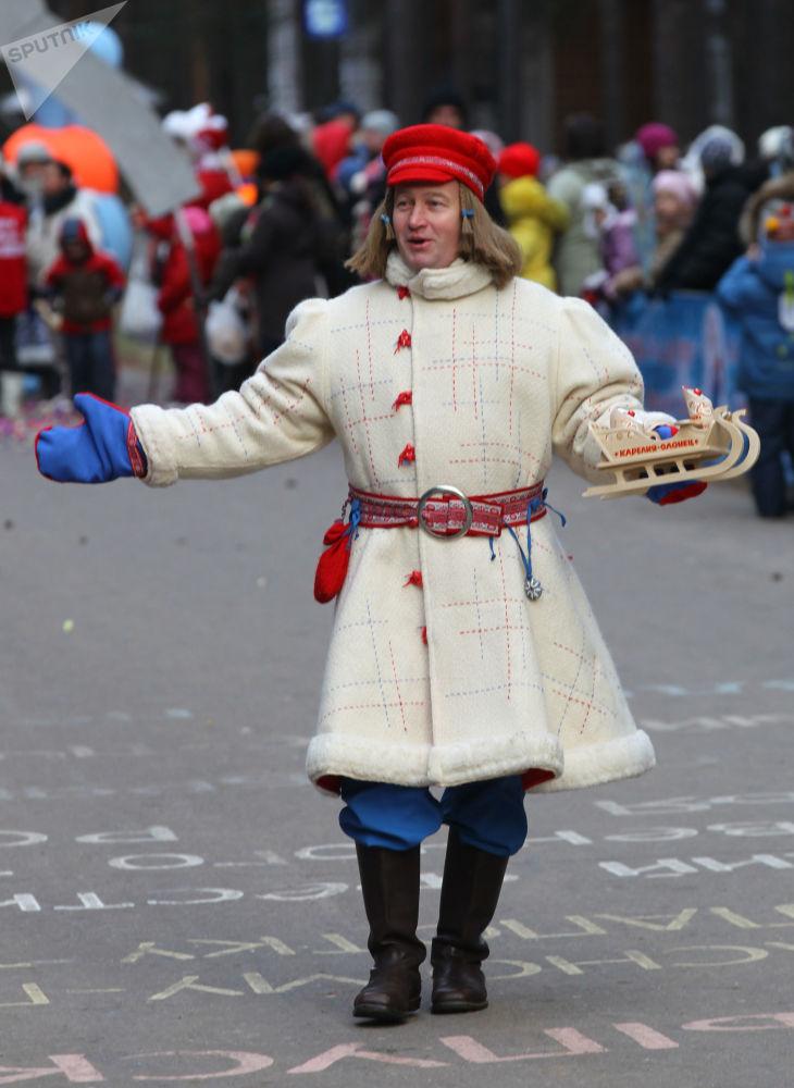 Młody Mróz Pakkainez Karelii bierze udział w świątecznym pochodzie z okazji Urodzin Święty Mikołaj w Wielkim Ustiugu