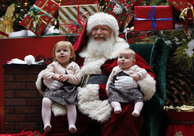 Santa Claus z dziećmi w centrum handlowym w Stanach Zjednoczonych