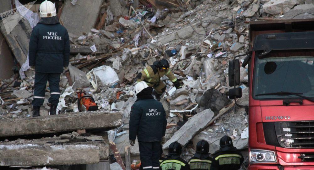 Strażacy na miejscu eksplozji gazu w Magnitogorsku