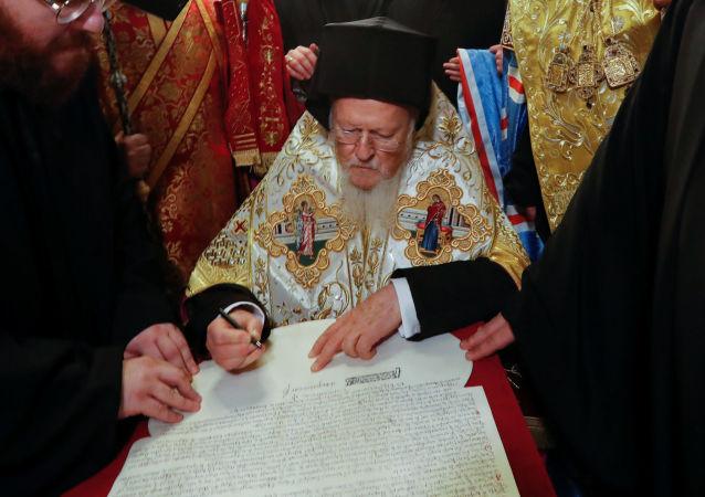 Patriarcha Konstantynopola Bartłomiej podpisał tomos (dekret) o autokefalii Prawosławnego Kościoła Ukrainy (PKU).