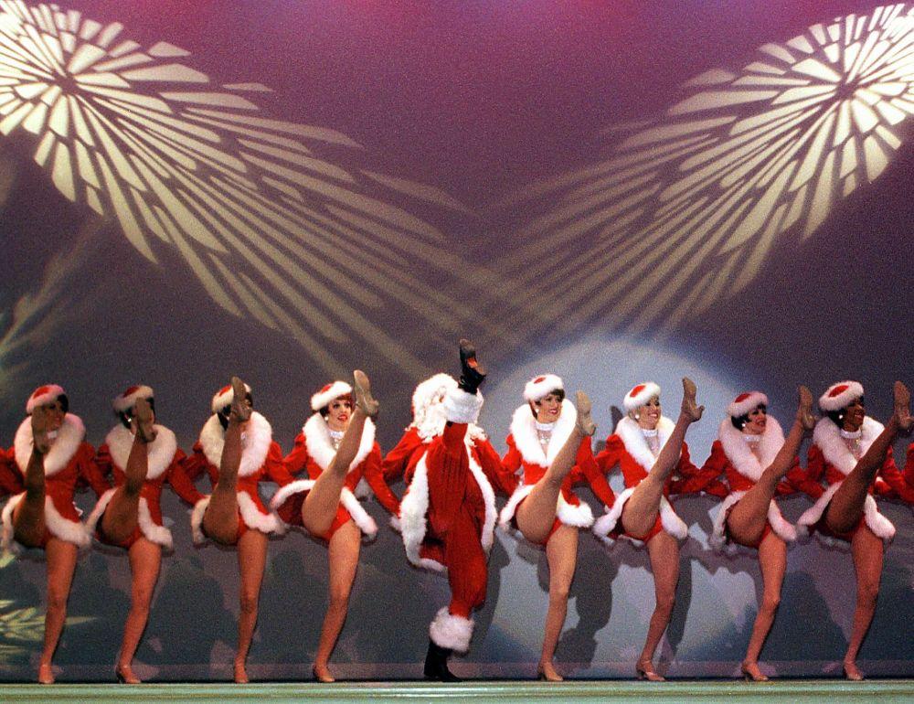 Kankan w wykonaniu Dziadka Mroza i Śnieżynki, tancerki Rockettes
