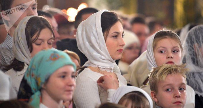 Parafianie podczas Nabożeństwa Bożonarodzeniowego w Soborze Przemienienia Pańskiego w Petersburgu