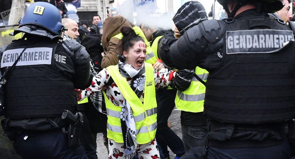 """Akcja protestacyjna """"żółtych kamizelek"""" w Paryżu"""