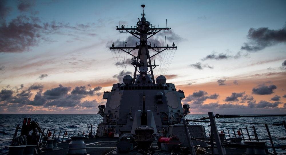 Amerykański niszczyciel USS Dewey na Pacyfiku podczas ćwiczeń wojskowych RIMPAC