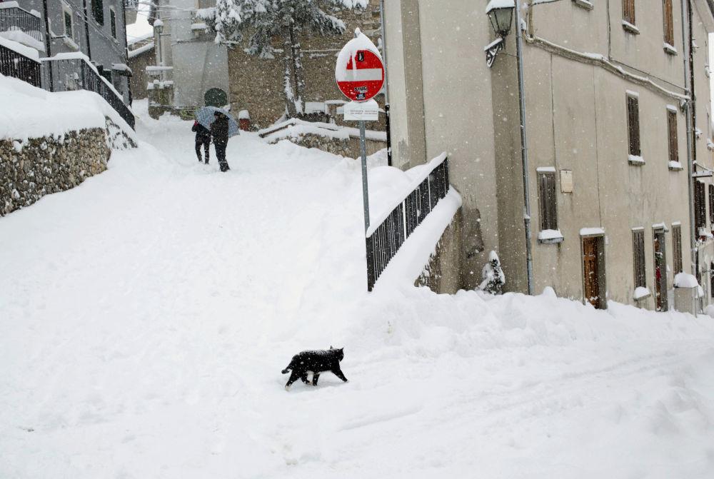 Śnieg na ulicy w Abruzji, Włochy
