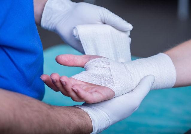 Lekarz opatruje ręce