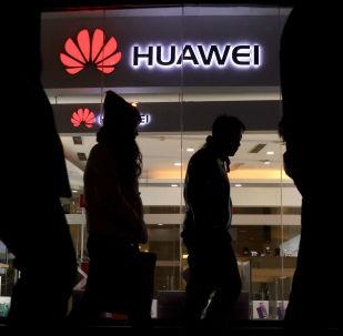 Przechodnie mijają sklep Huawei w Pekinie