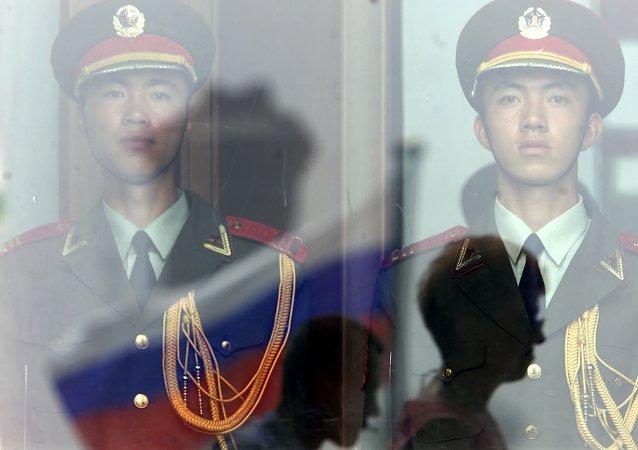 Chińscy żołnierze i rosyjska flaga