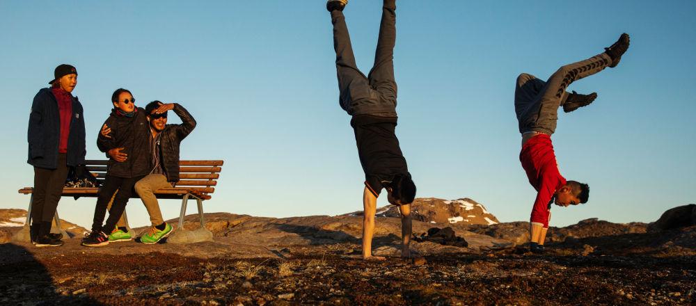 Młodzi ludzie bawią się poza miasteczkiem Tasiilaq, Grenlandia