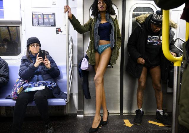 Uczestniczka flash mobu jazda metrem bez spodni, Nowy Jork