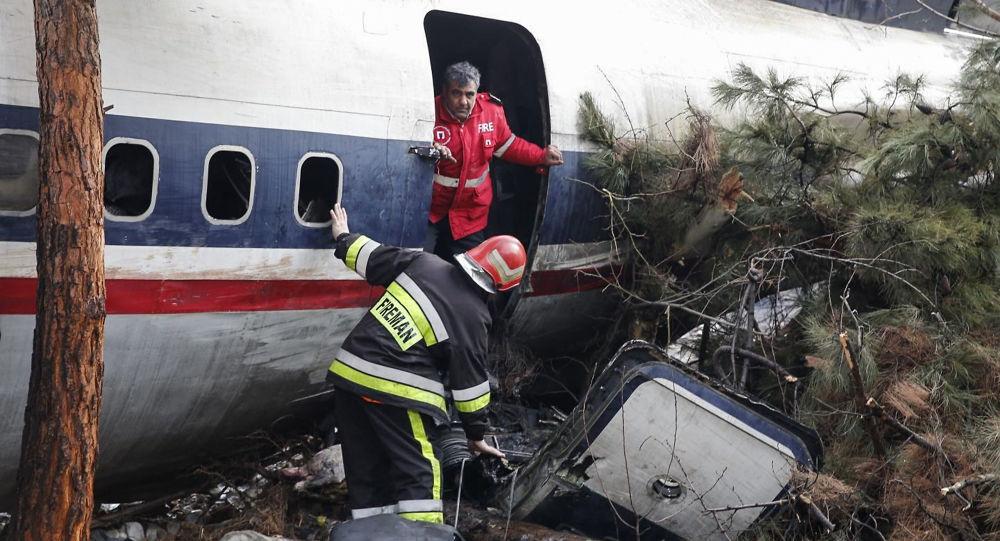 Strażacy na miejscu katastrofy Boeinga 707 w Iranie
