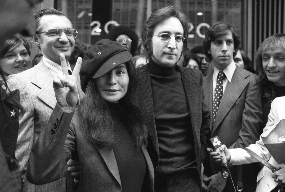 Były członek grupy The Beatles - John Lennon i jego żona Yoko Ono, 1972 rok
