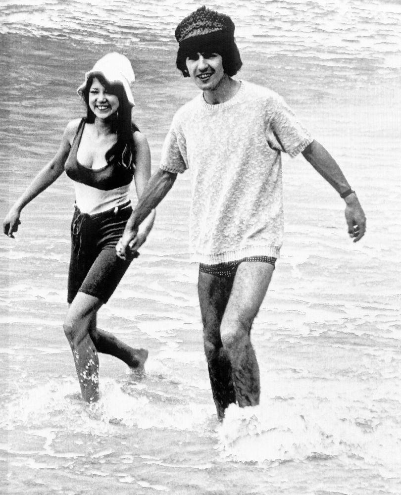 Członek zespołu The Beatles George Harrison z narzeczoną Pattie Boyd