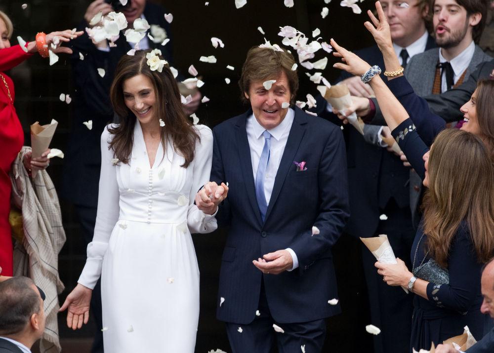 Muzyk Paul McCartney z żoną Nancy Shevell po ceremonii ślubnej w Londynie, 2011 rok