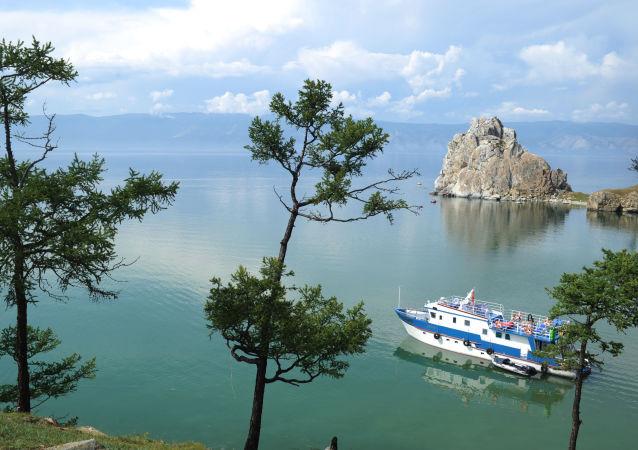 Okręt płynie w pobliżu wyspy Olchon
