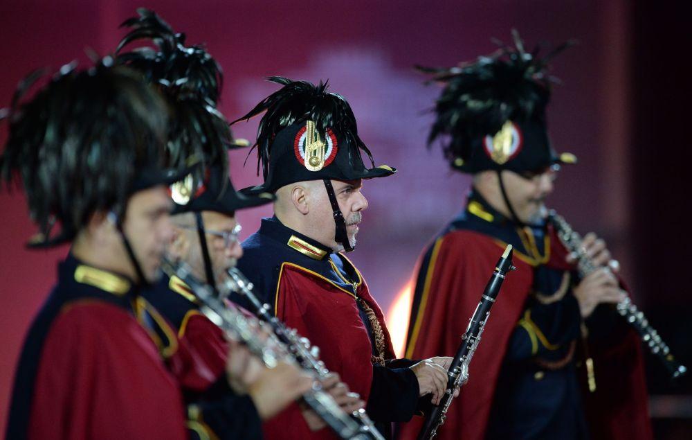 Orkiestra rzymskiej policji municypalnej na ceremonii otwarcia Międzynarodowego Festiwalu Muzyki Wojskowej Spasskaja Basznia