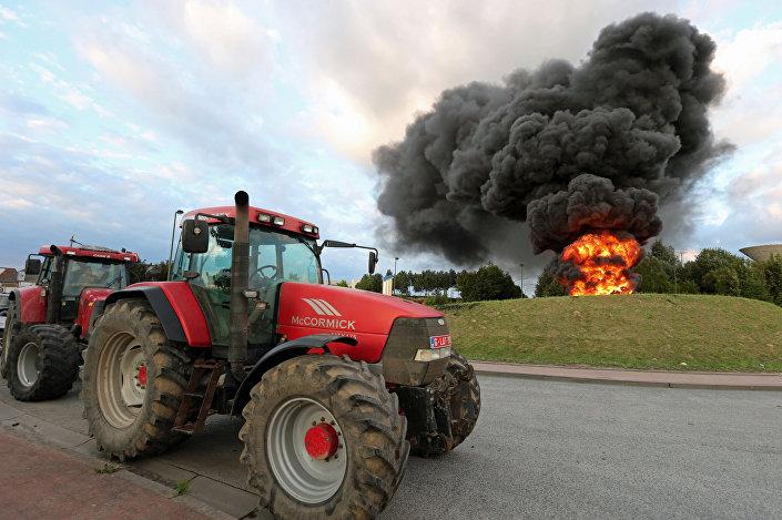 Traktory na akcji protestacyjnej producentów nabiału w Belgii