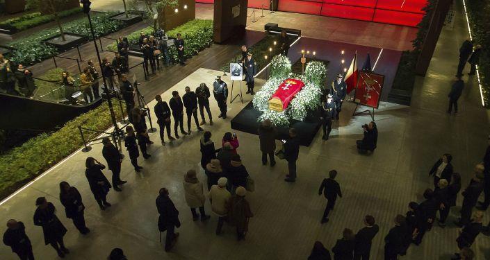 Trumna z ciałem prezydenta Pawła Adamowicza w Europejskim Centrum Solidarności, Gdańsk