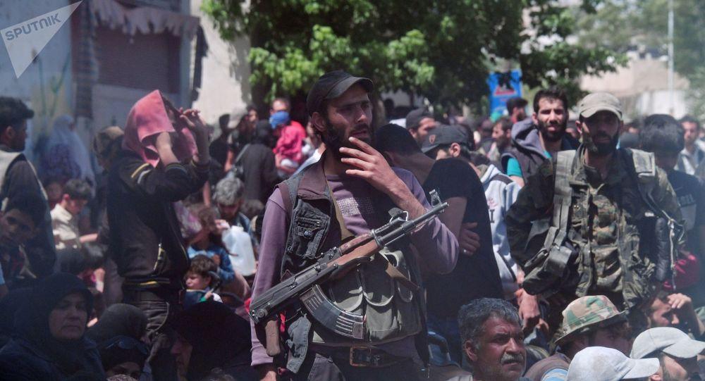Terroryści i członkowie ich rodzin czekają na wywiezienie z przedmieść Damaszku do Idlibu