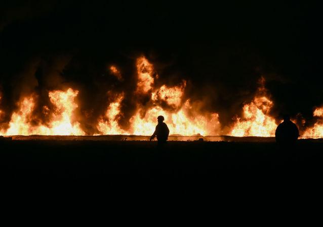 Ratownicy na miejscu wybuchu, Meksyk