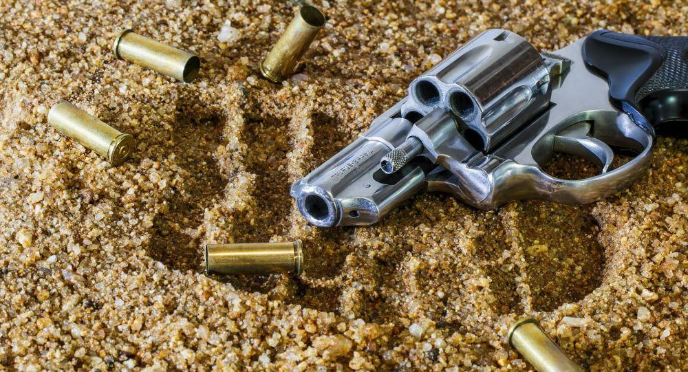 Pistolet z nabojami na piasku
