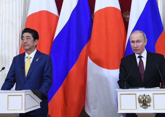 Shinzo Abe i Władimir Putin w Moskwie