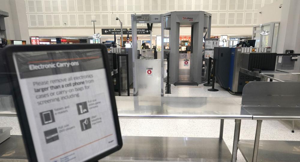 Zamknięta strefa kontroli na lotnisku w Houston w czasie protestu amerykańskich związków zawodowych pilotów, dyspozytorów lotu i stewardów w USA