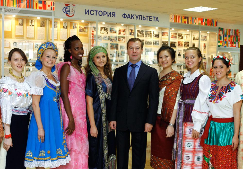Dmitrij Miedwiediew ze studentami Rosyjskiego Uniwersytetu Przyjaźni Narodów