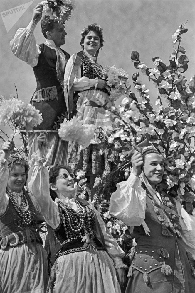 Polscy studenci Uniwersytetu Moskiewskiego podczas święta 1 maja