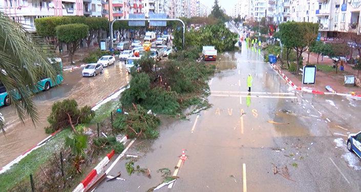 Kilkanaście osób ucierpiało w wyniku tornada w Turcji
