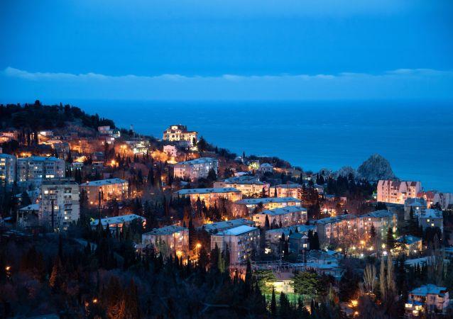 Gurzuf wieczorem i góra Ajudah