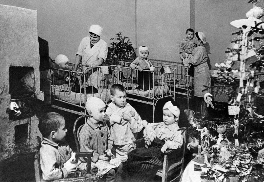 Dzieci w szpitalu podczas blokady Leningradu.