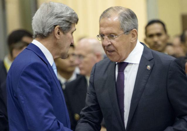 Minister spraw zagranicznych Rosji Siergiej Ławrow i sekretarz stanu USA John Kerry podczas spotkania w Singapurze