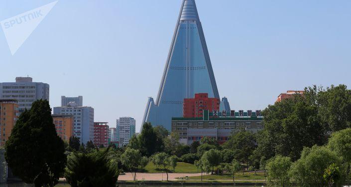 Widok na hotel Ryugyong w Pjongjangu