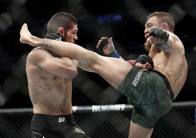 Rosyjski zawodnik Khabib Nurmagomedov podczas walki z Irlandczykiem Conorem McGregorem o tytuł mistrza UFC w wadze lekkiej
