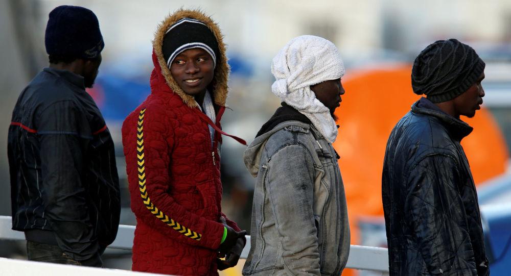 Migranci schodzą z pokładu statku Sea-Watch 3