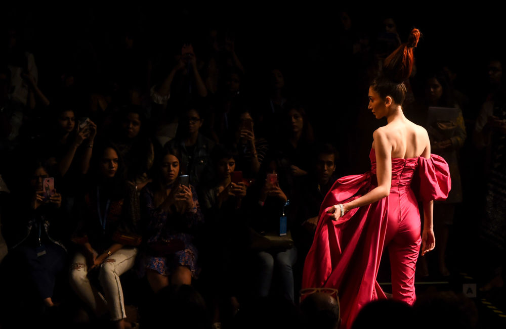 Modelka prezentuje kreację projektantów Gauri i Nainiki podczas India Fashion Week w Mumbaju