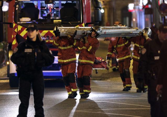 Jednostki straży na miejscu pożaru w Paryżu
