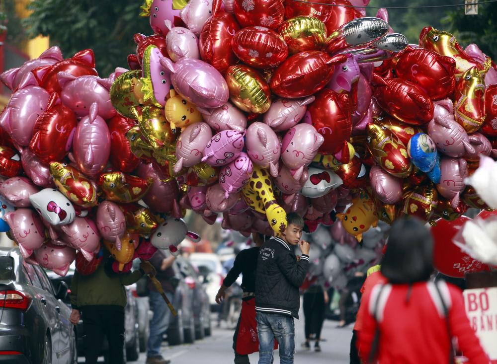 Sprzedaż balonów o kształcie świnek w Wietnamie