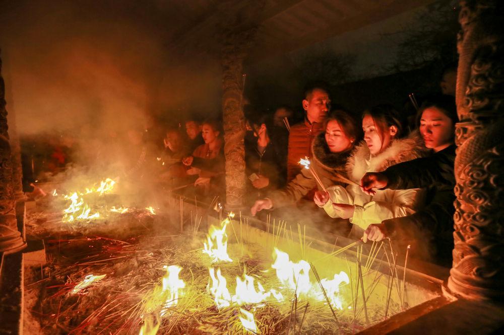 Ludzie podczas modlitwy z okazji obchodów Chińskiego Nowego Roku