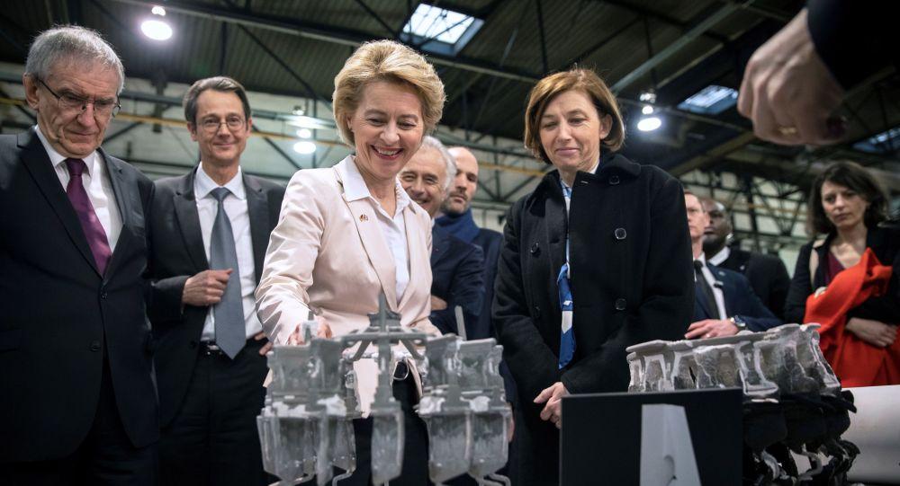 Ministrowie obrony Niemiec i Francji Ursula von der Leyen i Florence Parly podczas wizyty w fabryce w ramach projektu Future Combat Air System