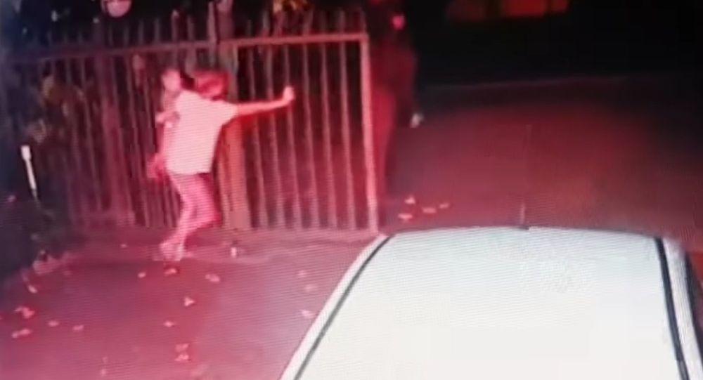 Kobieta obroniła dom przed rabusiami, nie wypuszczając z rąk dziecka (wideo)