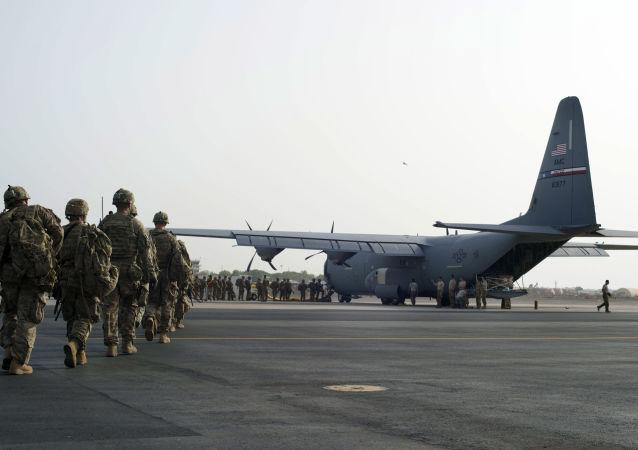 Amerykańscy wojskowi wchodzą na pokład samolotu