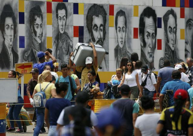 Wenezuelczycy na granicy z Kolumbią