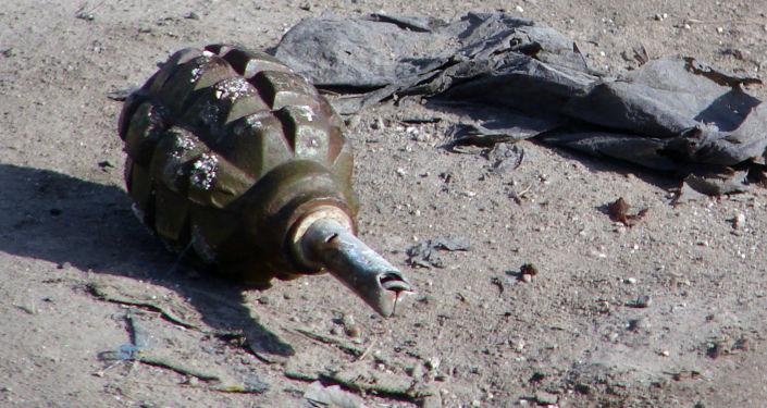 Zużyty granat ręczny na ziemi
